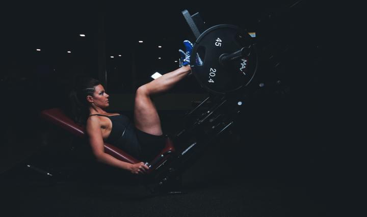 Mujer haciendo pesas con los pies.